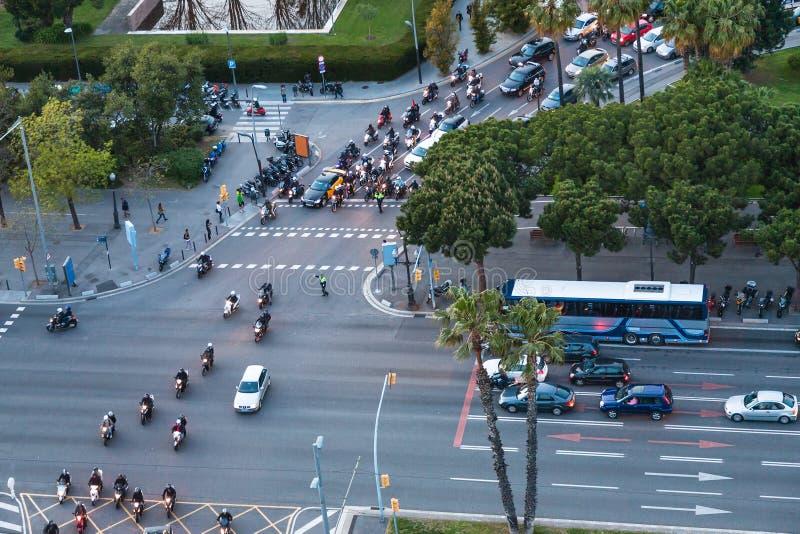 Traffico di automobile sulla strada trasversale nella città di Barcellona immagini stock