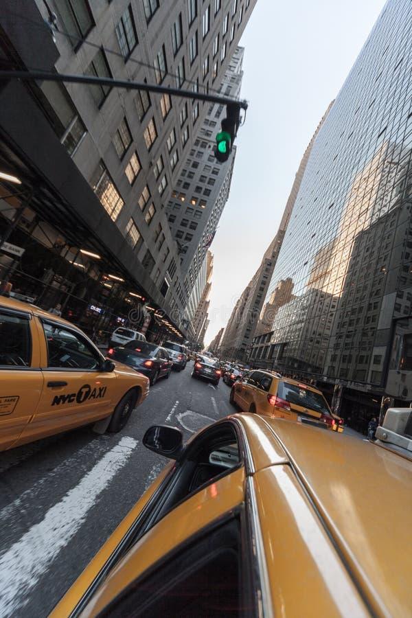 Traffico di cabine gialle in coda a Lexington Avenue, New York City, Stati Uniti fotografia stock libera da diritti
