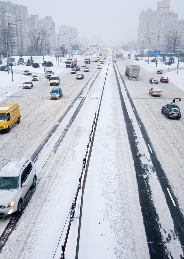 Traffico di Kiyv in una bufera di neve fotografia stock