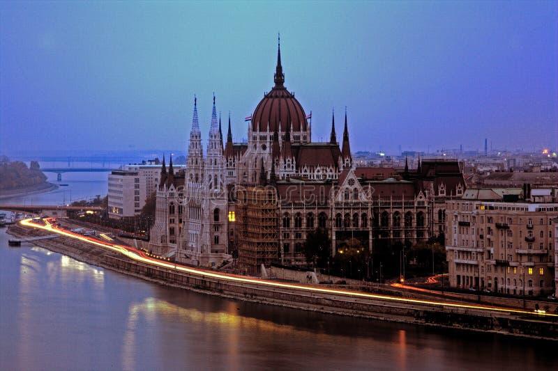 Traffico di notte a Budapest fotografia stock