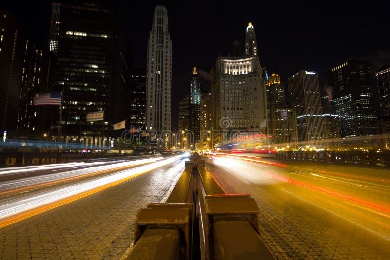 Traffico di notte in Chicago immagine stock libera da diritti