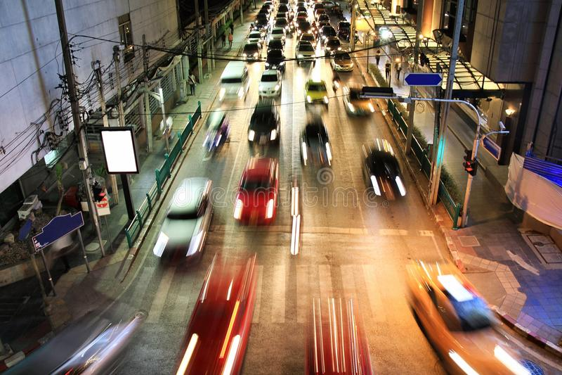 Traffico di notte della città, moto di traffico della sfuocatura e luci dell'automobile nell'ora di punta fotografie stock libere da diritti