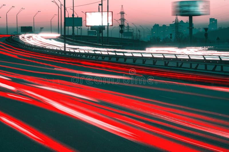 Traffico di notte su una strada principale immagine stock libera da diritti