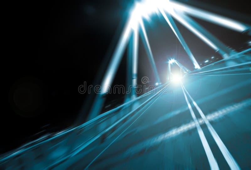 Traffico di notte sul ponte stradale fotografia stock