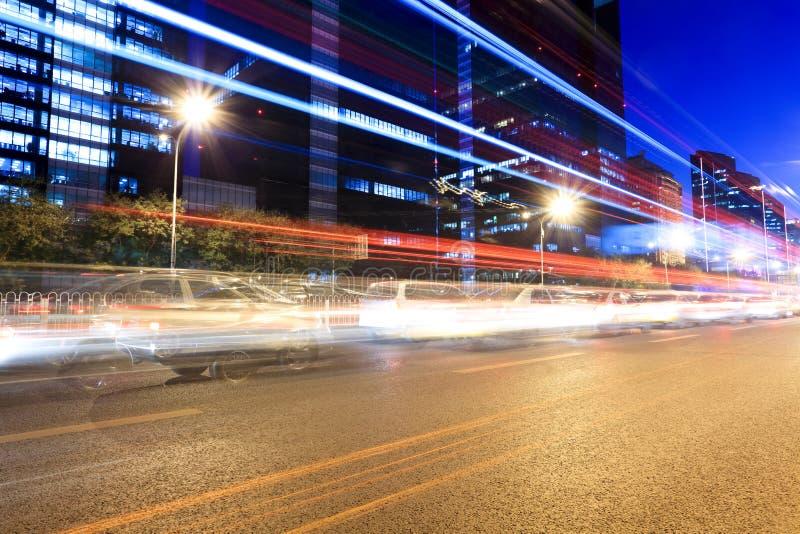 Traffico di ora di punta a Pechino alla notte fotografia stock