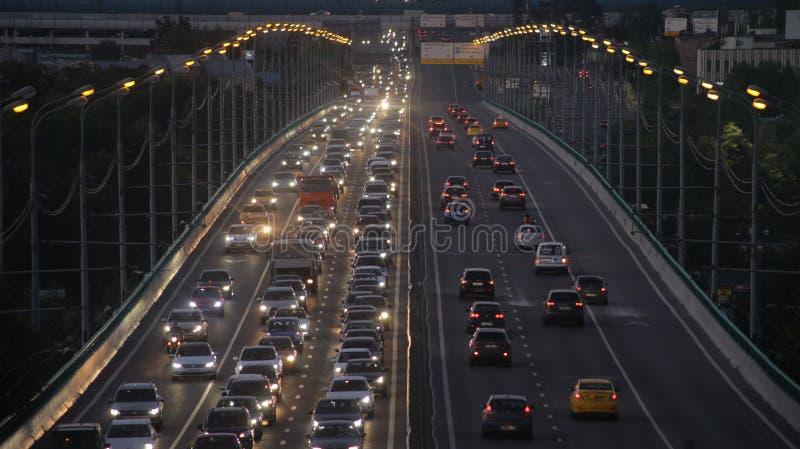 Traffico di sera sul ponticello fotografia stock
