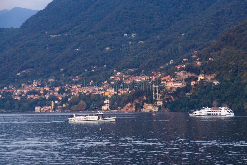 Traffico di traghetti sul lago Como fotografia stock