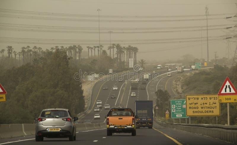 Traffico durante la tempesta di sabbia massiccia di Medio Oriente in Israele Forza bassa immagine stock libera da diritti