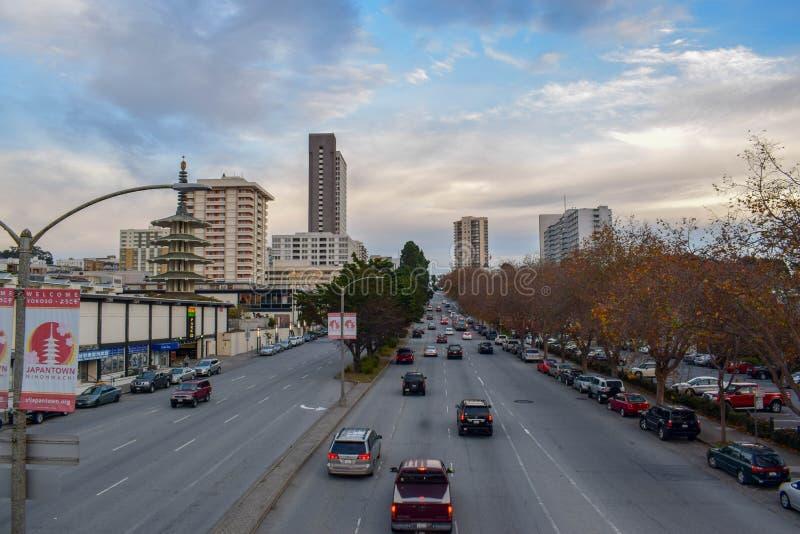 Traffico in grande boulevard nel distretto di Japantown di San Francisco, CA al tramonto fotografie stock