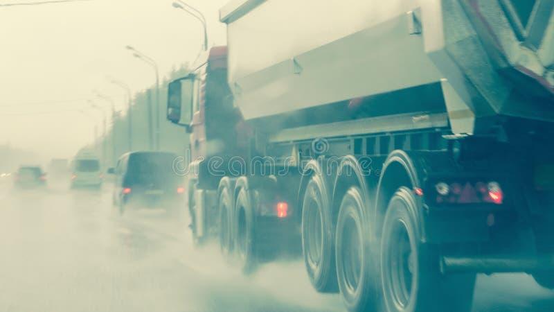 Traffico nella piovosità pesante, nessuna visibilità Siluette vaghe di fotografia stock libera da diritti