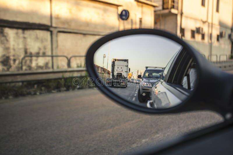 Traffico nello specchietto retrovisore immagine stock
