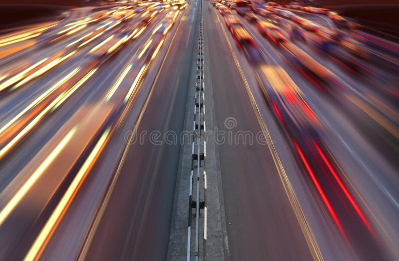Traffico notturno sulla strada principale immagini stock