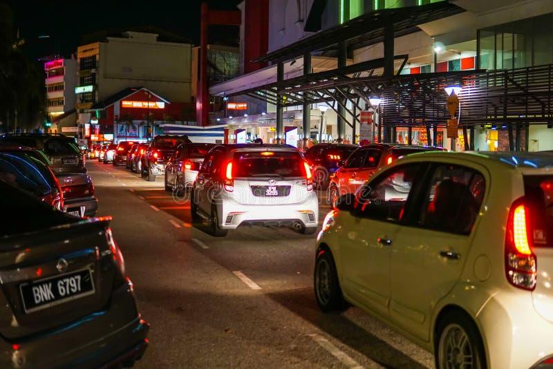 Traffico pesante che si dirige al carati pasar famoso di Johor in Johor Bahru immagine stock