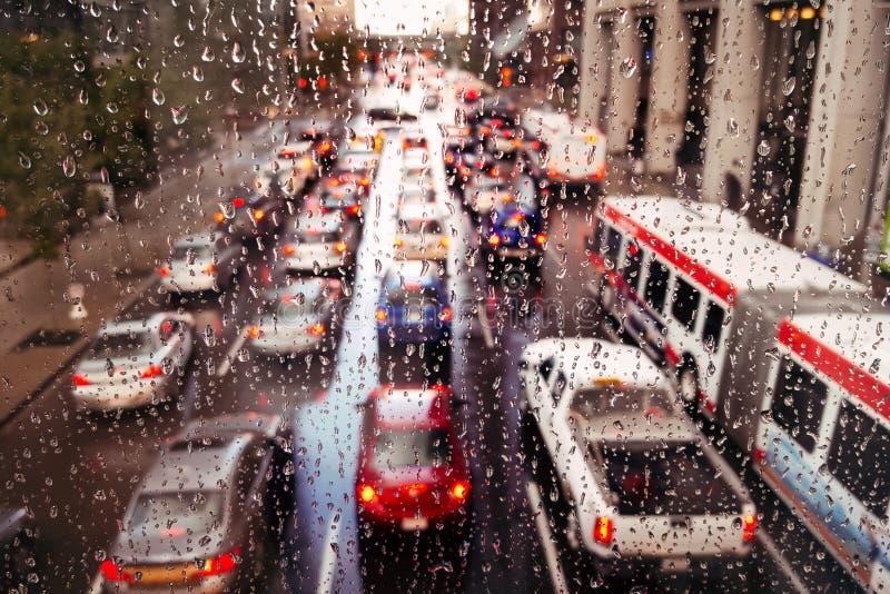 Traffico piovoso di ora di punta fotografia stock