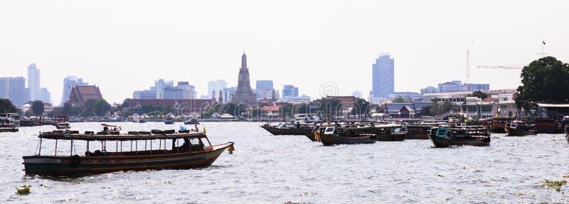 Traffico regionale navale della riva del fiume tailandese in Chao Phraya River con Wat Arun Temple del fondo di alba, Bangkok, Ta immagini stock libere da diritti