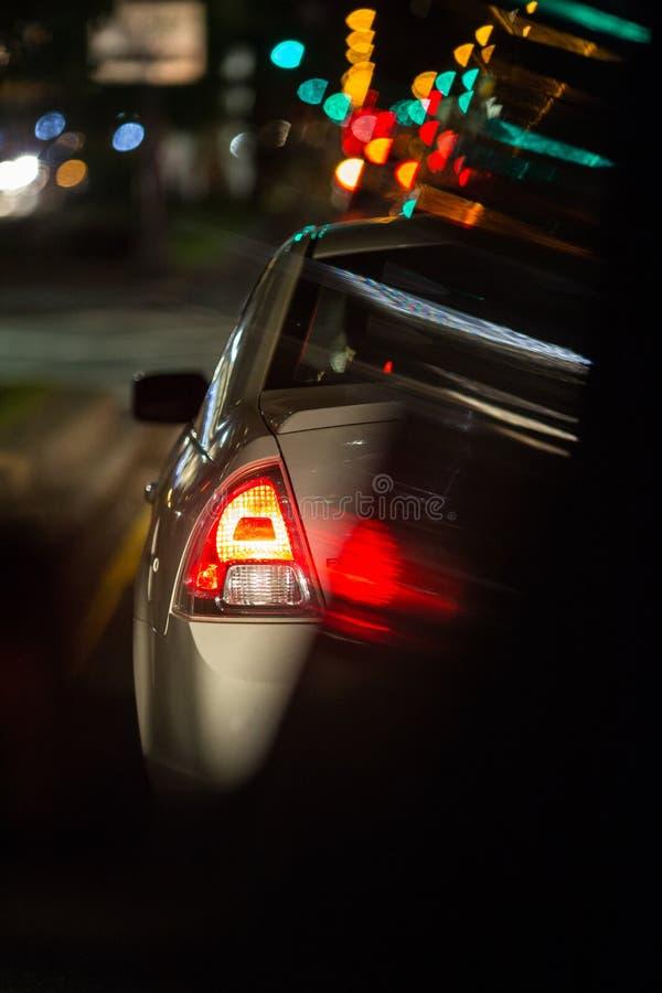 Traffico stradale di notte in una grande città fotografie stock