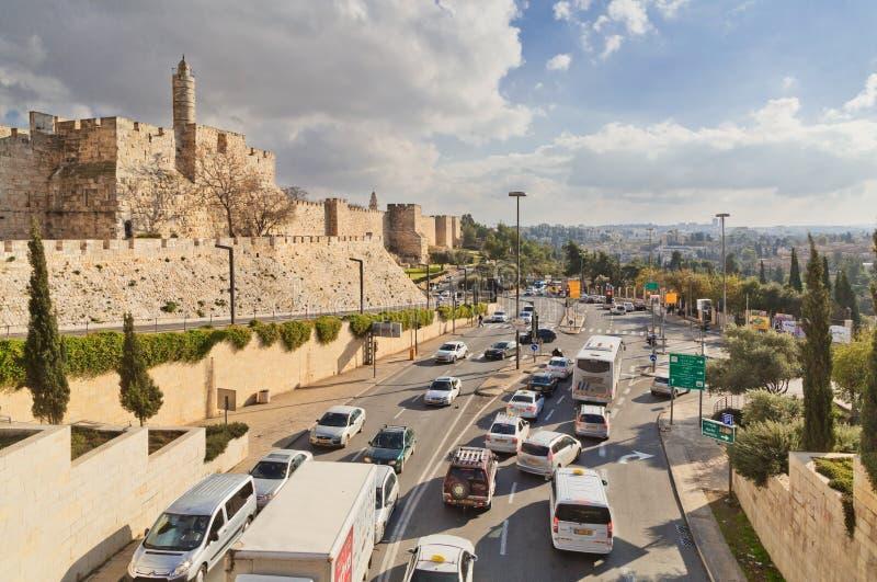 Traffico stradale lungo la parete di vecchia città di Gerusalemme fotografia stock