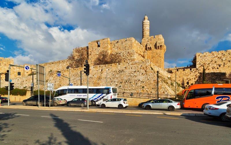 Traffico stradale lungo la parete di vecchia città di Gerusalemme immagini stock libere da diritti