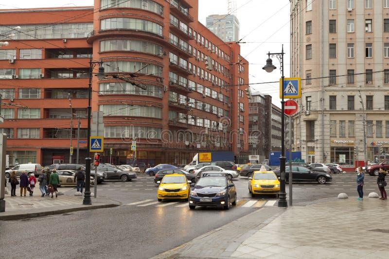 Traffico stradale sul nuovo viale di Arbat a Mosca, la Russia fotografia stock libera da diritti