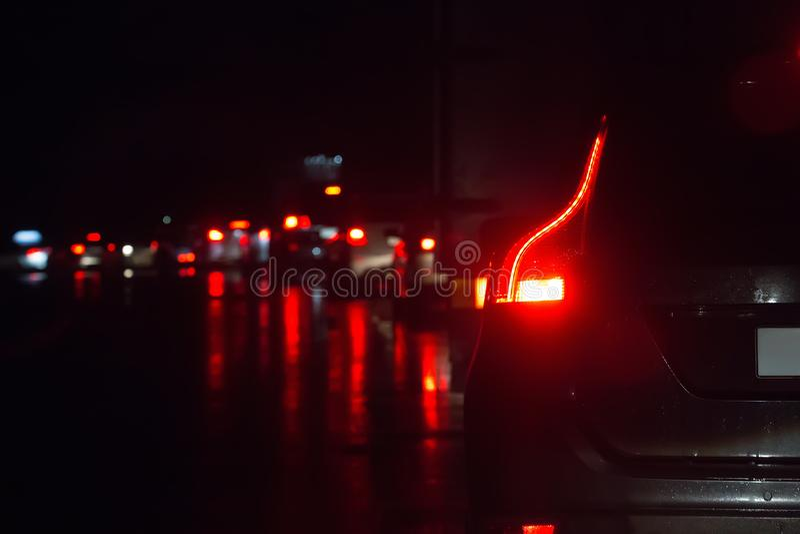 Traffico su una strada bagnata bagnata fotografie stock libere da diritti