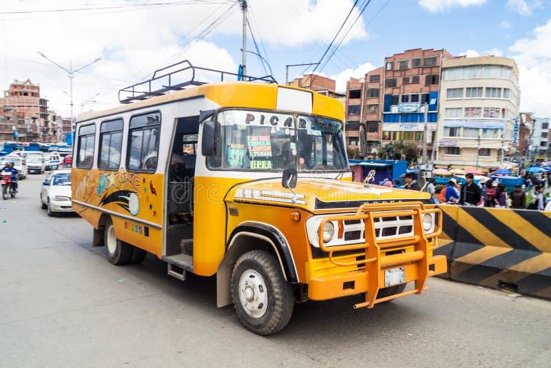 Traffico su una strada principale a El Alto, Bolivia immagini stock