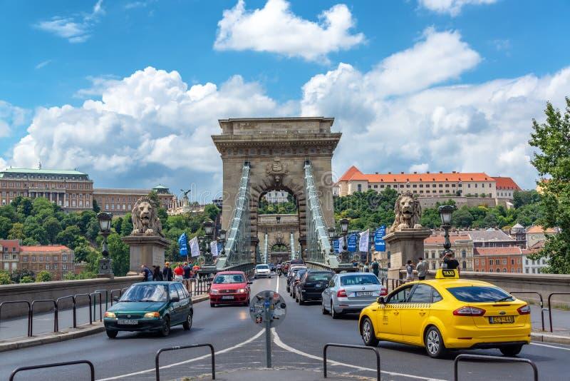 Traffico sul ponte a catena di Szechenyi a Budapest, Ungheria fotografie stock libere da diritti