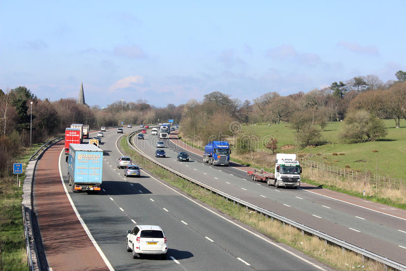 Traffico sull'autostrada M6 che passa Scorton Lancashire immagini stock libere da diritti