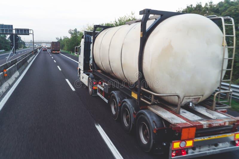 Traffico sulla strada principale Fondo vago di immagine concetto circa trasporto immagine stock