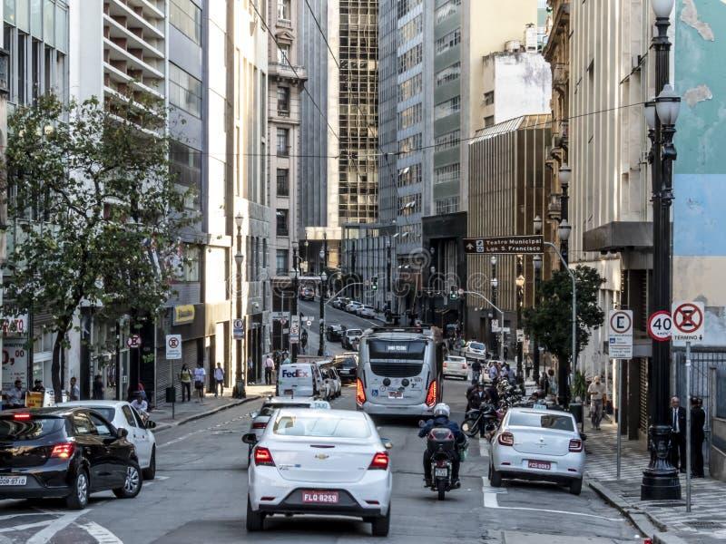 Traffico sulla via di Libero Badaro a Sao Paulo del centro fotografie stock