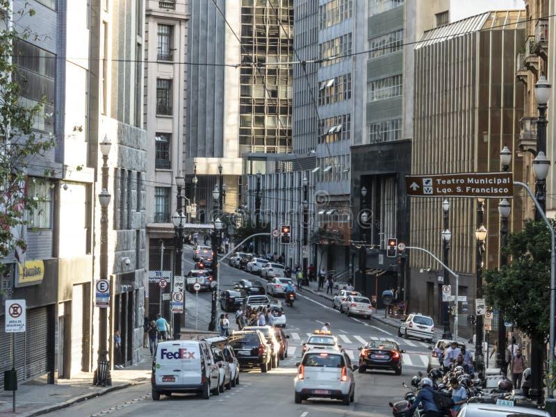 Traffico sulla via di Libero Badaro a Sao Paulo del centro fotografia stock