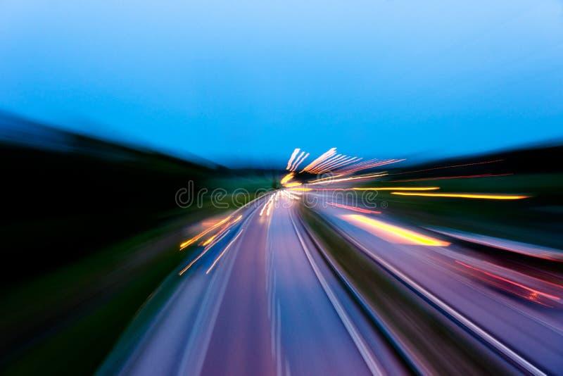 Traffico vago alla notte fotografia stock libera da diritti