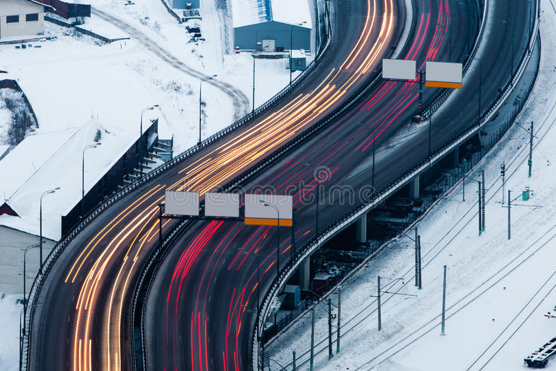 Traffico vago sulla strada invernale fotografia stock
