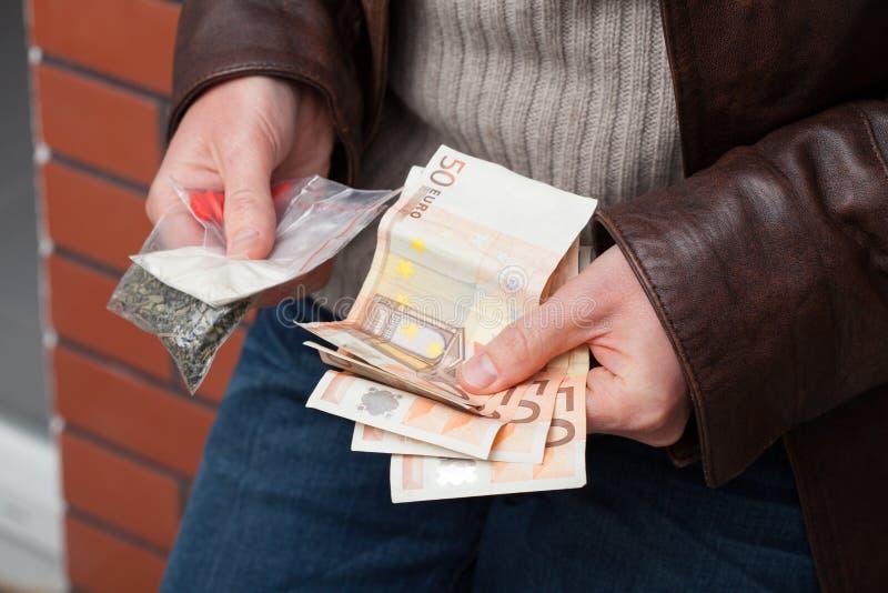 Traficante de drogas que conta o dinheiro imagens de stock