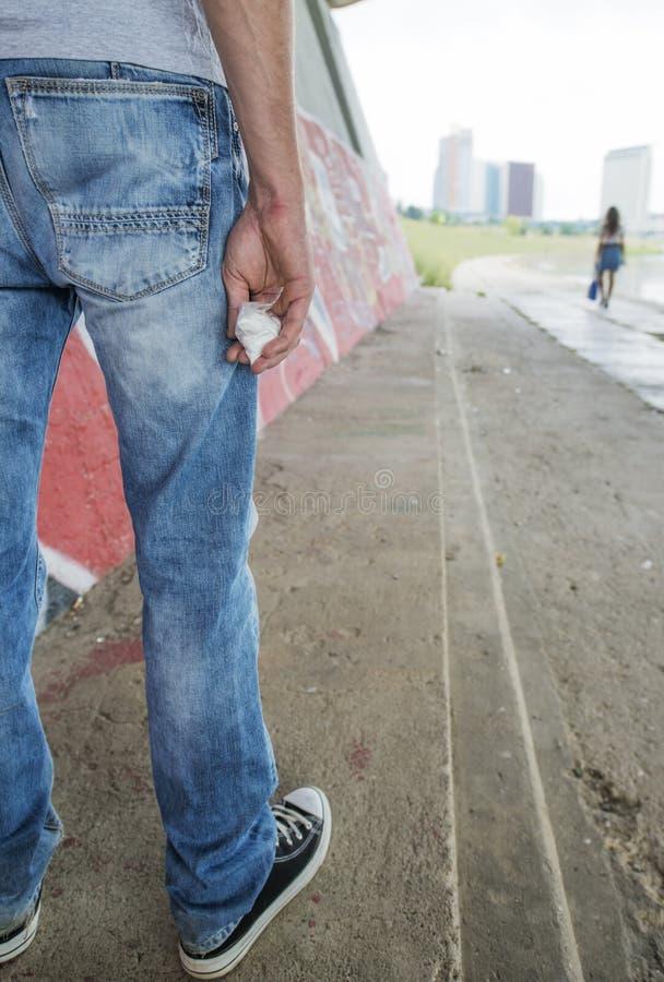 Traficante de drogas que vende a heroína ou a cocaína imagem de stock