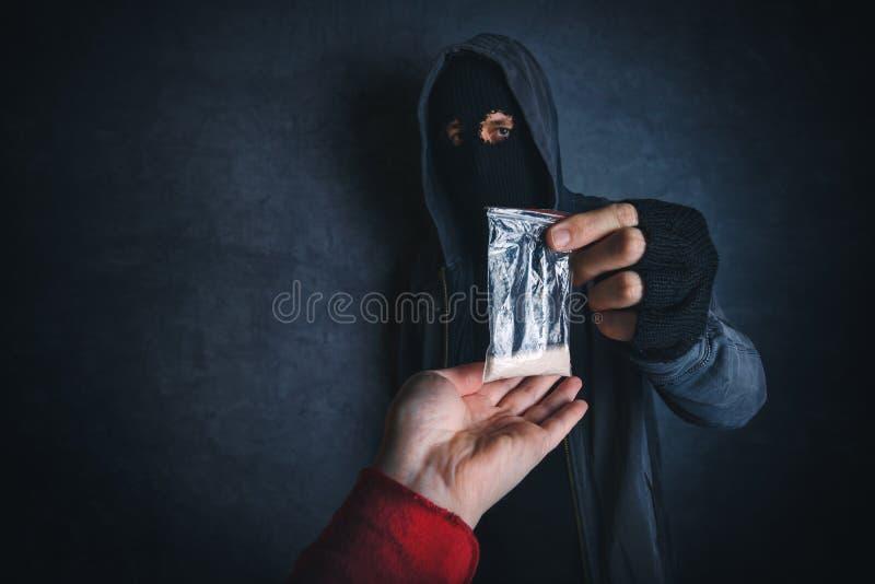 Traficante que ofrece la sustancia narcótica para enviciar en la calle imagenes de archivo