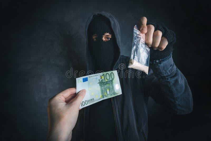 Traficante que ofrece la sustancia narcótica para enviciar en la calle foto de archivo