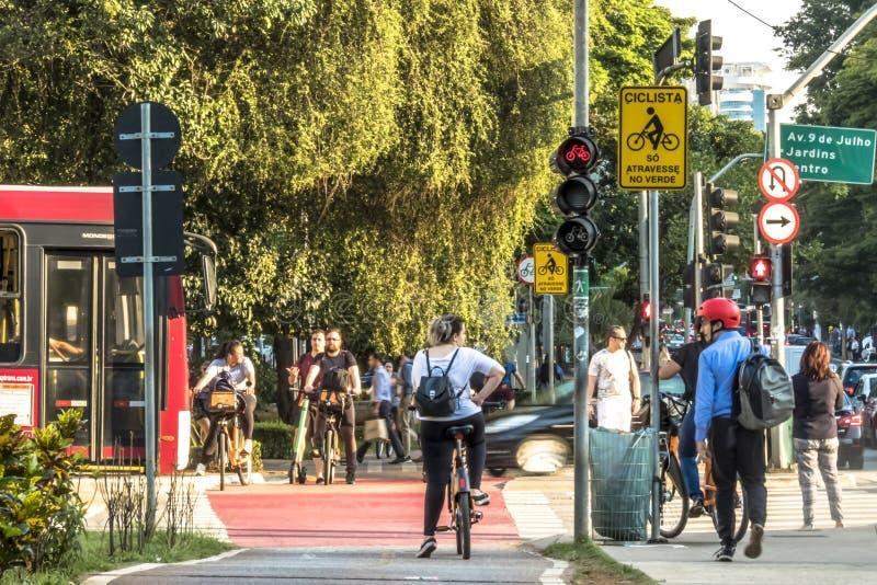 Trafik av cyklister på cykelgränd i Faria Lima Avenue, i den Sao Paulo staden arkivbild