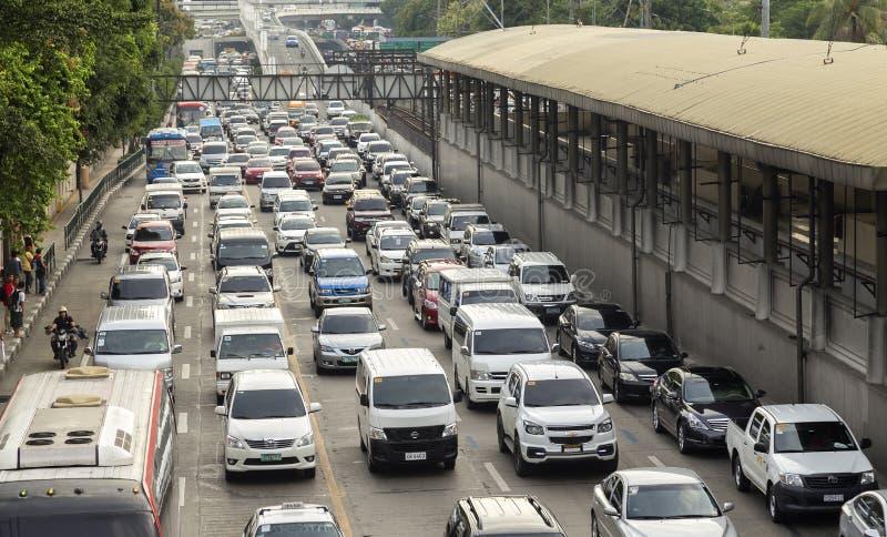 Trafik av en stor asiatisk stad, Manila, Makati, Filippinerna royaltyfri bild