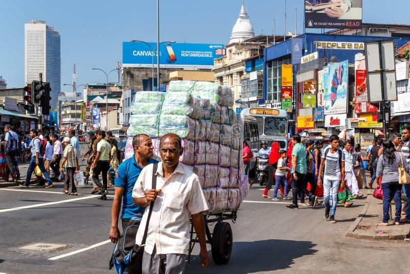 Trafik av folk och transport i den centrala delen av staden royaltyfria bilder