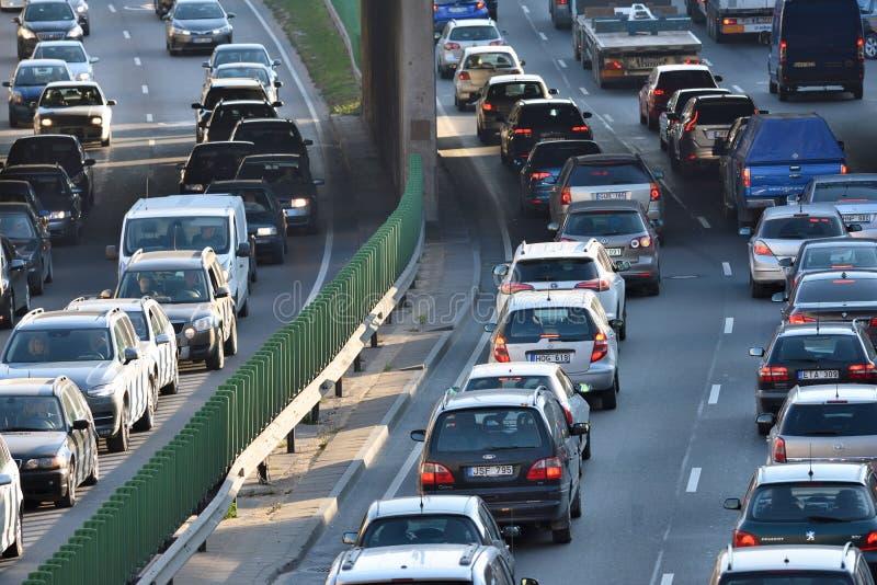 Trafik bilar på stadsvägen royaltyfria bilder