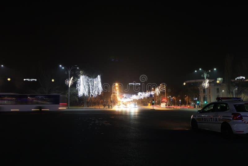 Trafik för hållande ögonen på natt för polisbil arkivfoton