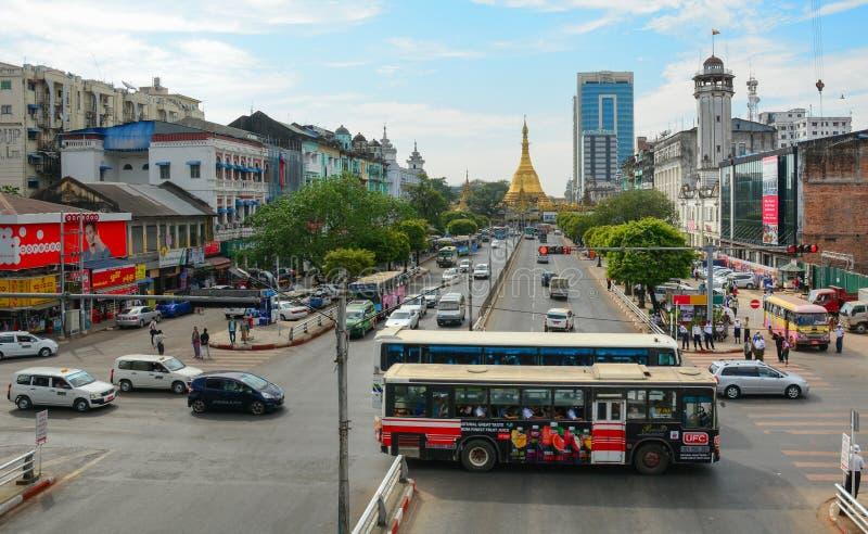 Trafik, folk och byggnader i i stadens centrum Yangon royaltyfria foton