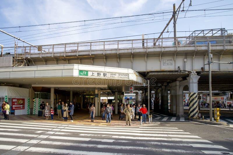 Trafik framför Ueno-stationen på morgonen arkivfoton