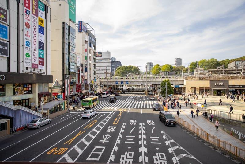 Trafik framför Ueno-stationen på morgonen royaltyfria bilder