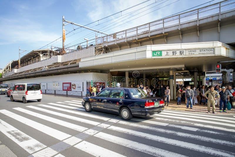 Trafik framför Ueno-stationen på morgonen arkivfoto