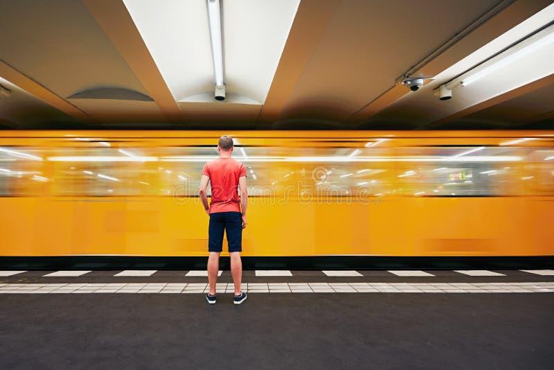 Trafik i gångtunnel royaltyfri bild
