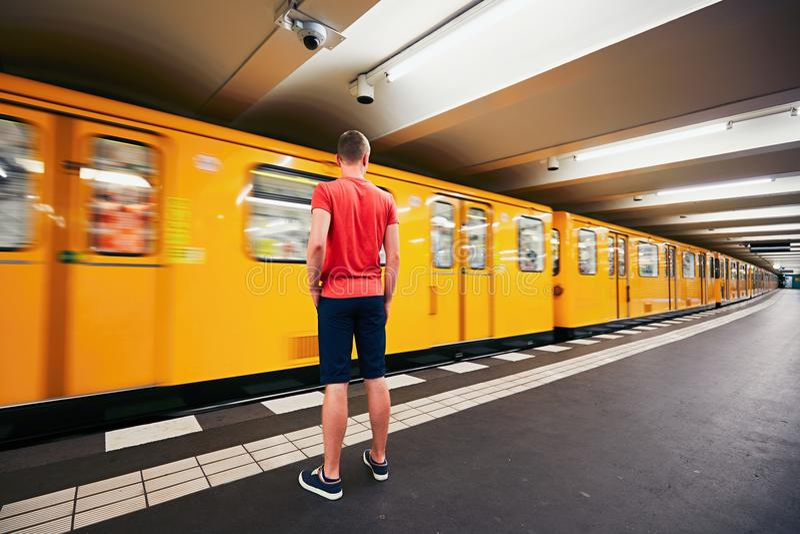 Trafik i gångtunnel royaltyfri fotografi