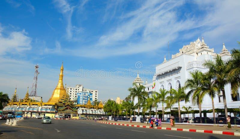 Trafik i i stadens centrum Yangon, Myanmar royaltyfria bilder
