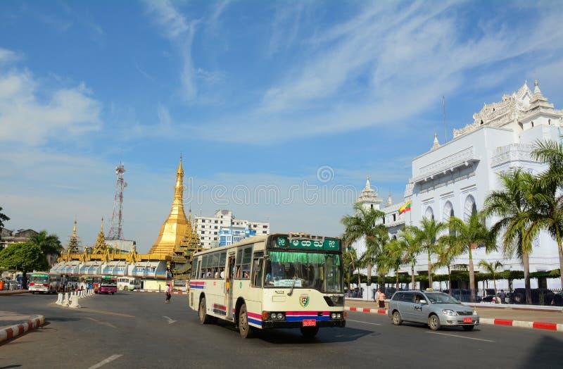 Trafik i i stadens centrum Yangon, Myanmar royaltyfri bild