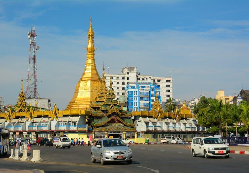 Trafik i i stadens centrum Yangon, Myanmar fotografering för bildbyråer